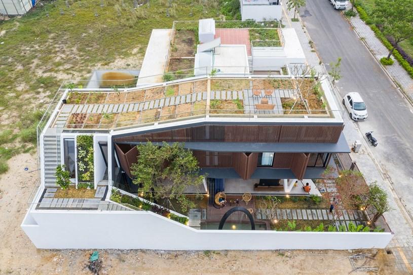 Nhà 2 tầng mở hoàn toàn với cửa kính, cả sân thượng là vườn trồng rau và khu vui chơi - Ảnh 4