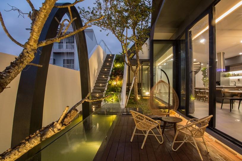 Nhà 2 tầng mở hoàn toàn với cửa kính, cả sân thượng là vườn trồng rau và khu vui chơi - Ảnh 7