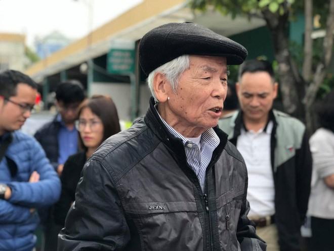 Từ Hải Dương bắt xe lên Hà Nội để tham dự buổi phản đối của nhóm các chủ sở hữu trước cổng công ty Thành Đô, ông Nguyễn Thành cho biết, ông đã dùng tiền tiết kiệm con cháu cho để đầu tư vào căn hộ Cocobay Đà Nẵng. Tuy nhiên, đến giờ, ông chỉ nhận được cam kết lãi suất trong 2 năm.