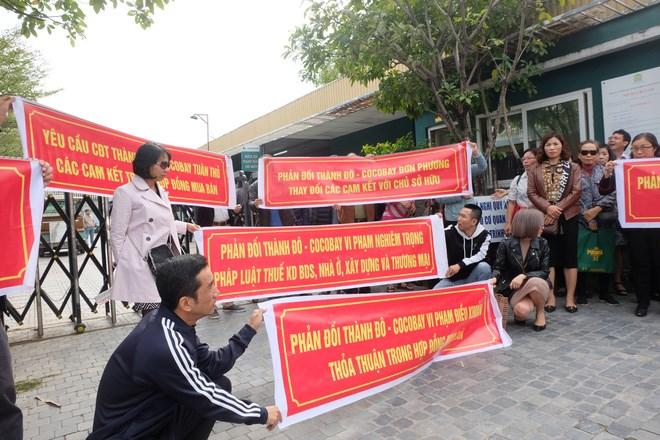 """Bị """"lật kèo"""", khách hàng Cocobay Đà Nẵng ùn ùn kéo đến trụ sở Thành Đô đòi quyền lợi - Ảnh 1"""