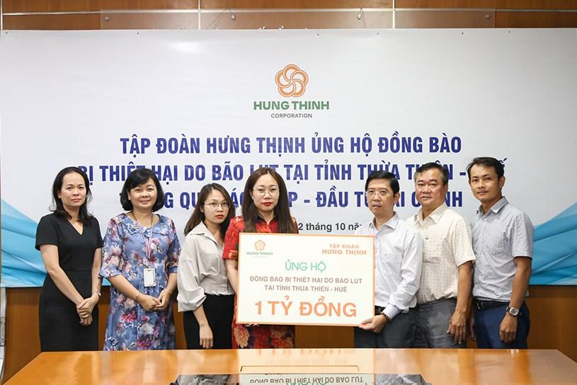 Bà Phạm Thị Trang – Giám đốc Truyền thông Tập đoàn Hưng Thịnh trao bảng tượng trưng ủng hộ đồng bàotại tỉnh Thừa Thiên- Huế cho Đại diện Báo SGGP