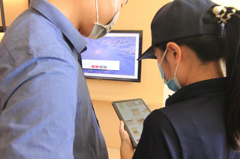Khách hàng tìm hiểu thông tin của trang thiết bị, nội thất trong căn hộ thông qua ứng dụng 360° virtual tour