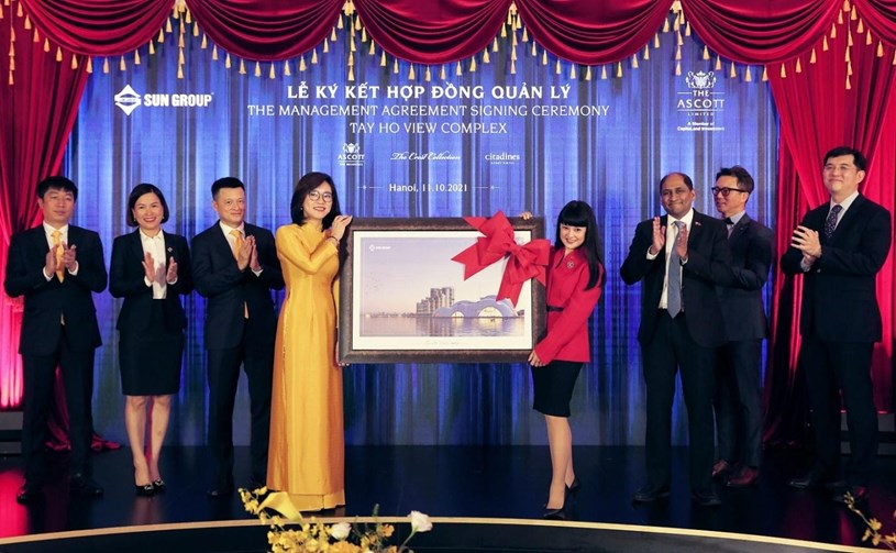 Ảnh: Đại diện Sun Group trao quà lưu niệm cho đại diện Ascott tại Lễ ký kết hợp tác